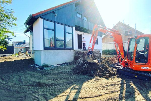 Hausansicht hinten nach Fassadensanierung und Grundstücksberäumung